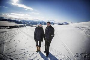 – De som gillar Åre kommer ju inte hit. Hit kommer de som gillar naturen, det är familjärt och finns inga köer, säger Anette Frostfjäll, kassör i Blåsjöns framtid ekonomisk förening. Här med driftledaren Robert Östling.