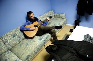 17-årige Gustaf Nilsson från Borlänge plinkar avslappnat på gitarren inför sitt auditionframträdande.