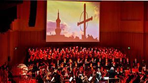 Dramatisk mezzosopran. Tuija Knihtilä, med bakgrund vid Finlands Nationalopera, bidrog med sitt breda register till den suggestiva stämningen.