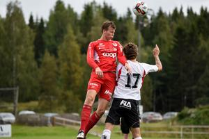 Johan Genlund i nickduell med Valbos Marcus Andersson.