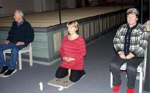 Sören Hampgård och Gunnel Reshagen slappnar av med Birgitta Mikaelsson, avslappningslärare, i mitten. FOTO: ANGELICA LINDVALL