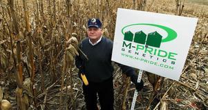 Monsanto har fiender på flera fronter. Här demonstrerar Bill Cook, ägare av ett litet genetikföretag, mot att Monsanto håller på att skaffa sig monopol på marknaden.