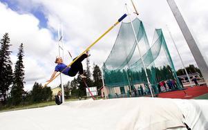 Elin Backlund och Johan Alsing blev torsdagskvällens högst hoppande friidrottstalanger. Bilden är ur arkivet från tidigare tävlingar i Krokom.