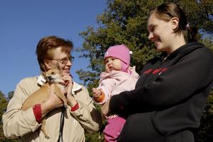 Margareta Welander till vänster med chihuahuan Tuvali i famnen, hennes dotter Maria Lindberg och ettåriga barnbarnet Ninja.