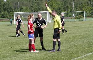 Eva Steffansson får rött kort direkt av domaren Markus Elg efter en eftersläng på Fanny Axlund i Norrham, som tittar på.