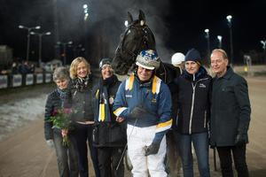 Nuncio tillsammans med tränaren och kusken Stefan Melander efter segern i Hilda Zonetts lopp, gulddivisionen i V75 på Bergsåker.