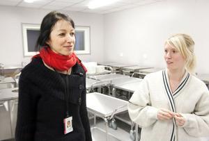 Förskollärarna Anette Kock Madsen och Heléne Forsvall visar stolt upp förskolans moderna, stora kök.