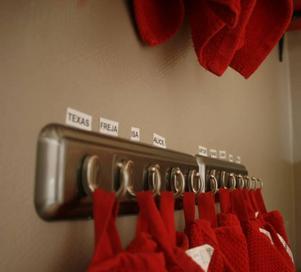 Varsin krok, varsin namnskylt. Väggen i badrummet fylls redan med krokar och namnskyltar på Rävlyans alla barn.