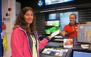 Här hämtar Minna Hill ut ett paket från nya postutlämningen på Ica Maxi av Rebecca Suljo. Foto: Roland Engvall