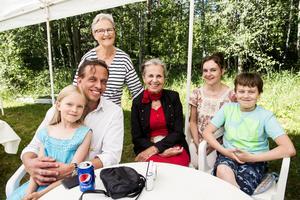 Rebecka Nygren, Mikael Nygren, Britt-Lousie Mellberg, Sylvia Casimirs, Tina Nygren och Gabriel Nygren passade på att ses och umgås under sommarfesten.
