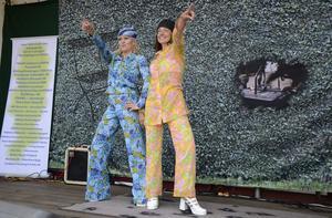 Modeshow på scenen. Med byxdress och attityd gjorde Victoria Alfredsson och Anna Schuster succé.