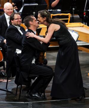 Konsertmästare Jonas Lindgård var en av dem som också överväldigades av violinkollegan Susanne Francetts sångarkupp.
