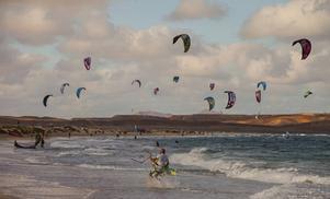 Kitesurfarnas favoritstrand på Sal bjuder på många färggranna segel.