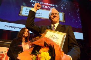 Leif Andersson, styrelseordförande i Delsbo Candle, tog emot utmärkelsen för Årets företagare åt pristagaren Olle Skog, som inte fanns på plats i Gasklockorna. Konferencier Titti Schultz i bakgrunden.
