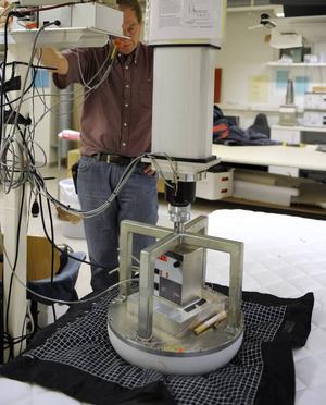 Provningsledare Alf Börjesson på Swerea IVF mäter bäddmadrassens tryckfördelande egenskaper.