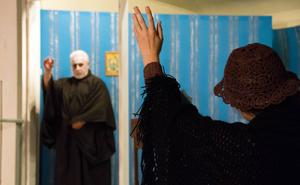 Ol'fars (Hansa Schelin) spöke betraktar kampen om arvet.