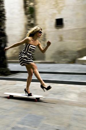 En tjej åker förbi på skateboard i Barcelona - och fotoläraren Marcus Johansson är beredd med kameran.
