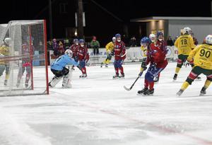 Sällsynt bild under derbyt, Ljusdal har avslutat ett anfall mot Edsbyns målvakt Anders Svensson.