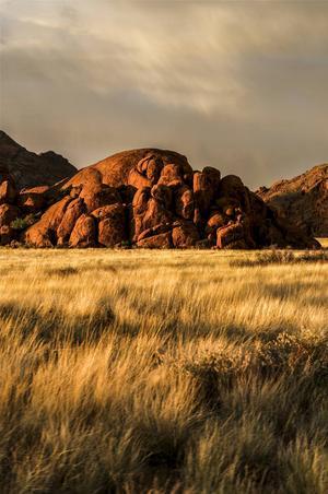 Landskapet uppe i Damaraland i norra Namibia med sina uråldriga stenformationer.   Foto: Jörgen Ulvsgärd