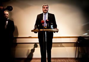 Årets nyhetsbild, inrikes. S-ledaren Håkan Juholt pressas av media under en presskonferens om varför han under flera år fått full ersättning för övernattningsboende i Stockholm trots att lägenheten delats med hans sambo.