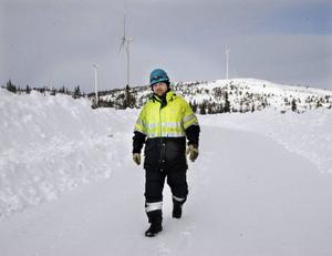 Andreas Lindström från Östersund är en av två vindkraftstekniker som fått jobb med att serva snurrorna i Storruns vindkraftfarm. Nu har han köpt ett hus i Rönnöfors och flyttat upp med familjen.