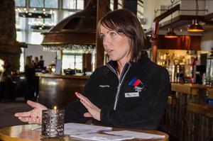 Malin Anundsson är värdinna för rekryteringen och välkomnar arbetssökande i lobbyn.