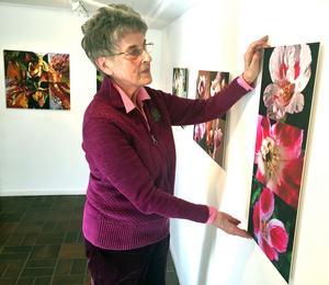 Cajsa Muellern-Harvig hänger upp sin nya utställning i Kaz Galleri.