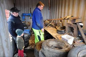 Nils och Viking Rosling och Magnus Jonsson vid fälgförädlingsmaskinen i Gimdalen.