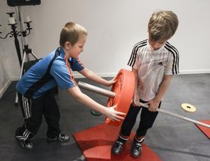 Wille Nord och Elias Östlund vet hur man hanterar en skivstång.