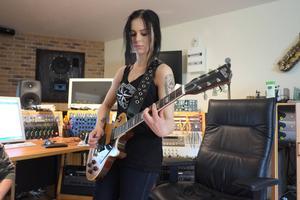 Marie Strandberg i studion. Notera märket på gitarren: