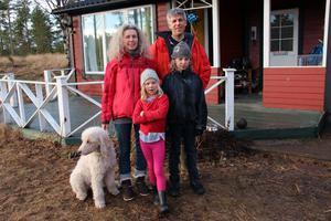Therese och Stefan Lomner flyttade till en sommarstuga på Åland för att kunna hemundervisa barnen Malva och Mio, och komma undan skolplikten i Sverige.