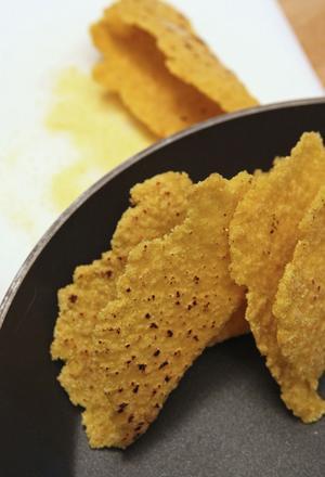 Tacoskal är inget man behöver köpa. Med majsströ och -mjöl som grund fixar man lätt egna underbart smakrika skal.