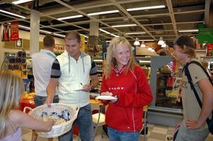 AUTOGRAF. Många ungdomar kom för att få autograf av tv-stjärnan Tobbe Trollkarl och artisten Markoolio.