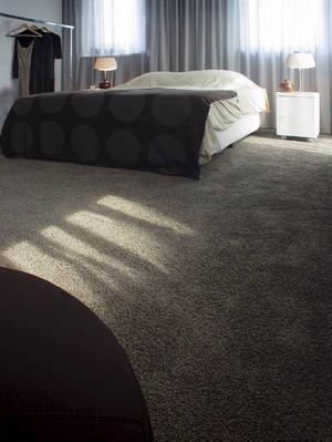 Fördelarna med en textilmatta är att de dämpar ljuden och ger en varm, ombonad känsla i ett rum. Om man inte vill täcka hela golvet kan man avpassa i önskad storlek. Den här kommer från Dahl Agenturer. Foto: Dahl Agenturer