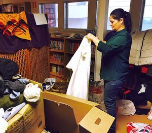Jamila Basam sorterar kläder. Man behöver fortfarande skor, särskilt i herrstorlek 41 och 42, herrkläder i small eller 170, samt leksaker som inte är språkberoende.