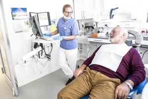 Tandhygienisten Emma Eurenius och patienten Staffan Grahnlöf sågar båda förslaget att stänga Folktandvårdens klinik i Gällö.