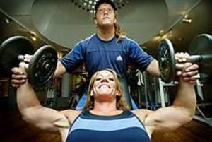 Arkivfoto: ANNAKARIN BJÖRNSTRÖM Spänner musklerna. I helgen deltar Lili André från Gävle i SM i bodybuilding. Så här såg hon ut när hon tränade inför sitt deltagande i tv-programmet Gladiatorerna.