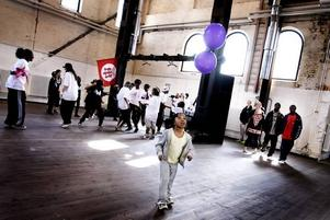 TEMPO. Det var drag i Stora Retorten där Brynjans ungdomar dansade och sjöng. Isato Berg, 5 år, bollar med ballonger till musiken.