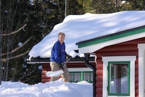 Altanskottning vid sommarstugan ca 2 meter snö att skotta bort. Puh! Skottar gör Göran Karlsson. Foto: Jenny Nordberg