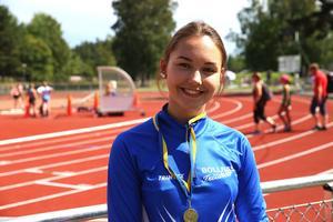 Julia Jonsson är femte bästa i Sverige i sin ålder i diskus och tävlar för Bollnäs FIK.