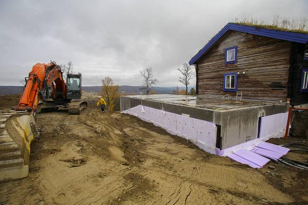 Anläggningen byggs ut åt sidan. De stora maskinerna ska helst vara klara innan vintern slår till med full kraft.