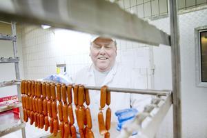 Mats Gustavsson klipper isär pepperonikorvar.