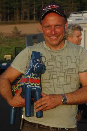 Per Fagerström med vandringspriset, en Dalahäst.