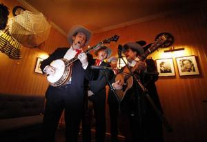 Så fort gästerna kommit in i lokalerna möttes de av svängig bluegrass från de muntra herrarna i Blue Mountain Boys - denna kväll spelades det i varenda hörn av det fina teaetrhuset