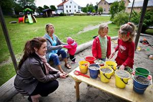 Det är många vuxna som är engagerade i Åtegårdens föräldrakooperativ. Maja Sahlin är förälder och Marika Nygren arbetar där. Här är de tillsammans med Aprilia Dahl, 1, Tea Strömqvist, 6, och Hanna Eriksson, 6.