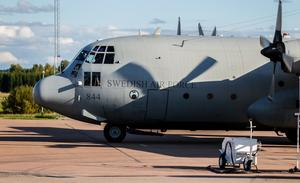En sidovy. Lockheed C-130 konstruerades inte för att vara vacker eller bekväm – flygplanstypen är och har alltid varit en arbetshäst. Som synes är avståndet mellan kabin och mark mycket lågt – det behövs inte en massa ramper och annat komplicerat för att kliva i och ur flygplanet , det räcker med den kombinerade dörren och trappan och några få steg från kabin till mark.