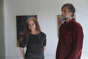 Det är trivsamt att dela ateljé med andra kollegor tycker konstnären Cristina Viksten och illustratören Jens Ahlbom, som visade sin ateljé på Håstaholmen.