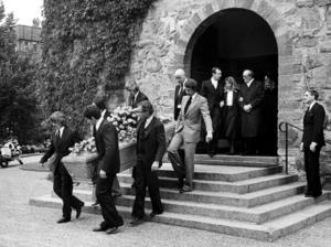 Ronnie  Peterson begravs i St Nicolai kyrka i Örebro den 15 september 1978. Kistan bärs av (i bortre ledet) Åke Strandberg, Emerson Fittipaldi och James Hunt och närmast Jody Scheckter,  Niki Lauda och John Watson. Bakom går svårt cancersjuke Gunnar Nilsson och i dörröppningen ses Ronnies bror Tommy, frun Barbro Peterson samt prästen Inge Blomquist och Tommys dåvarande fru Anette.