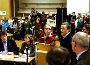 Pelle Molin i föräldragruppen inom Västra rektorsområdet i Härnösand överlämnade över namnlistor med över 1000 namn om kravet på att omorganisationen stoppas.