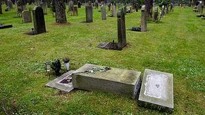 En berusad man omhändertogs av polisen vid tvåtiden under natten till torsdag. Detta hände vid Västanfors kyrkogård, där mannen hade vält en gravsten. Bilden är en genrebild.